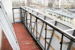 В зависимости от технического состояния балкона. укрепляющие конструкции балконов могут состоять из металла или пеноблоков.