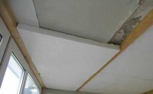 деревянная обрешетка и пенопласт на потолоке