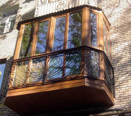 КБалкон тоже может быть продолжением дизайна квартиры. Для этого нередко используют художественную ковку в сочетании с практичностью пластиковых панелей.