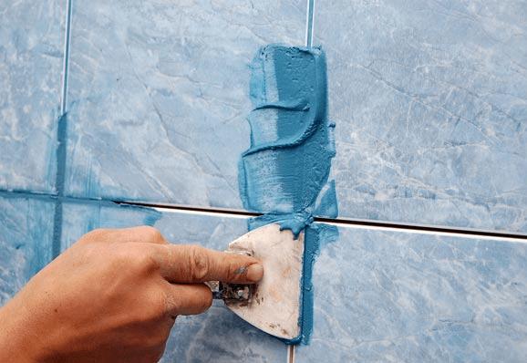 Нанесение затирки на швы между плиткой