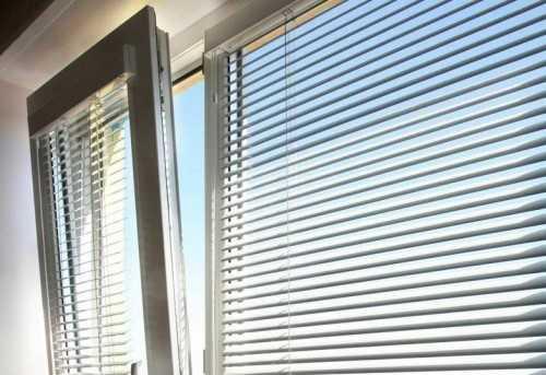 Оконные жалюзи отлично защищают от солнечного света, и при необходимости их можно открыть. Они хорошо вписываются в интерьер и даже украшают пластиковые окна.