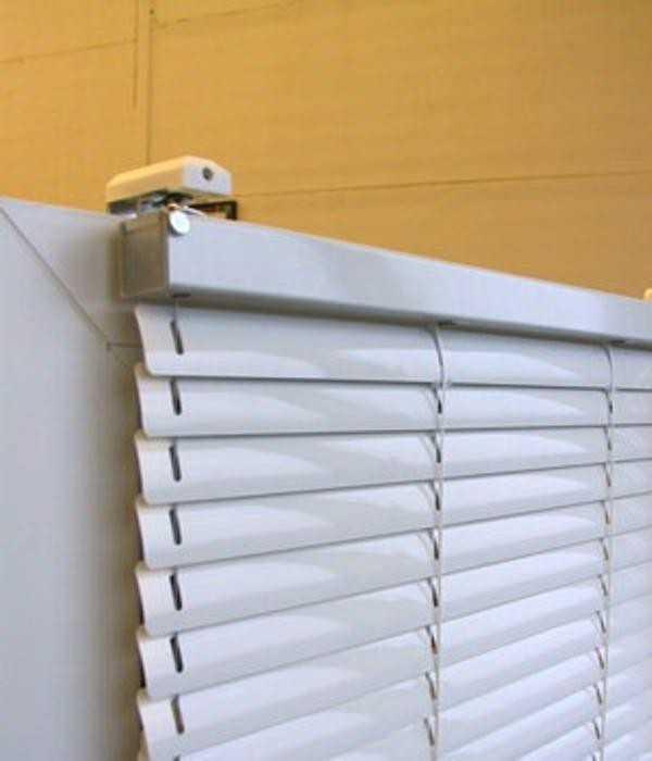 как прикрепить горизонтальные жалюзи к окну